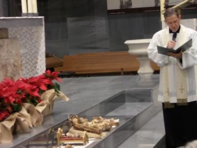 El momento de la bendición por parte del párroco