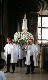 Día 15 La Virgen acude a la Misa Internacional